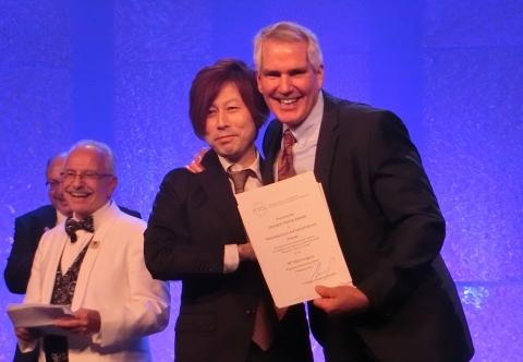 Award winner, Tomonobu Ezure at IFSCC Congress (center) (Photo: Business Wire)