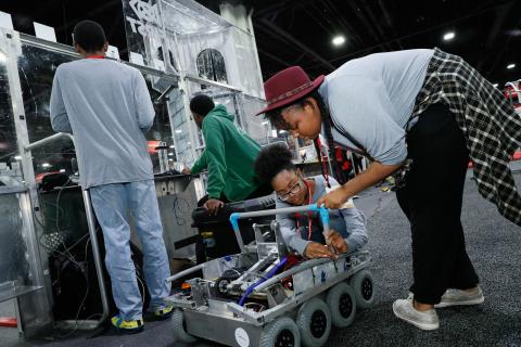オートメーション・フェアでロボットを組み立てる、FIRSTテック・チャレンジのチーム120「クリーブランズ・チーム」。(写真:ビジネスワイヤ)
