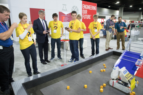 FIRSTテック・チャレンジのチーム6022「TBD」と、ロックウェル・オートメーションのブレイク・モレット社長兼CEO。(写真:ビジネスワイヤ)