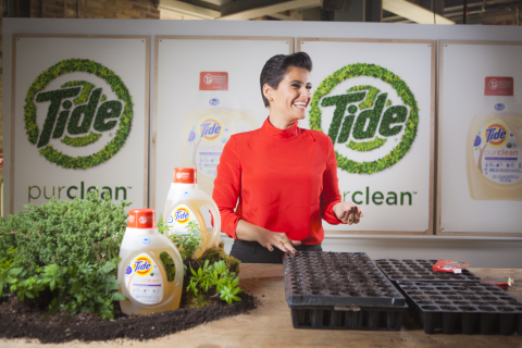 Nelly Furtado gets her hands dirty and helps to replenish the Toronto area with native plants, all to celebrate the launch of Tide purclean, and kick off Tide's support of WWF-Canada's Count for Nature movement. (Photo: Business Wire)