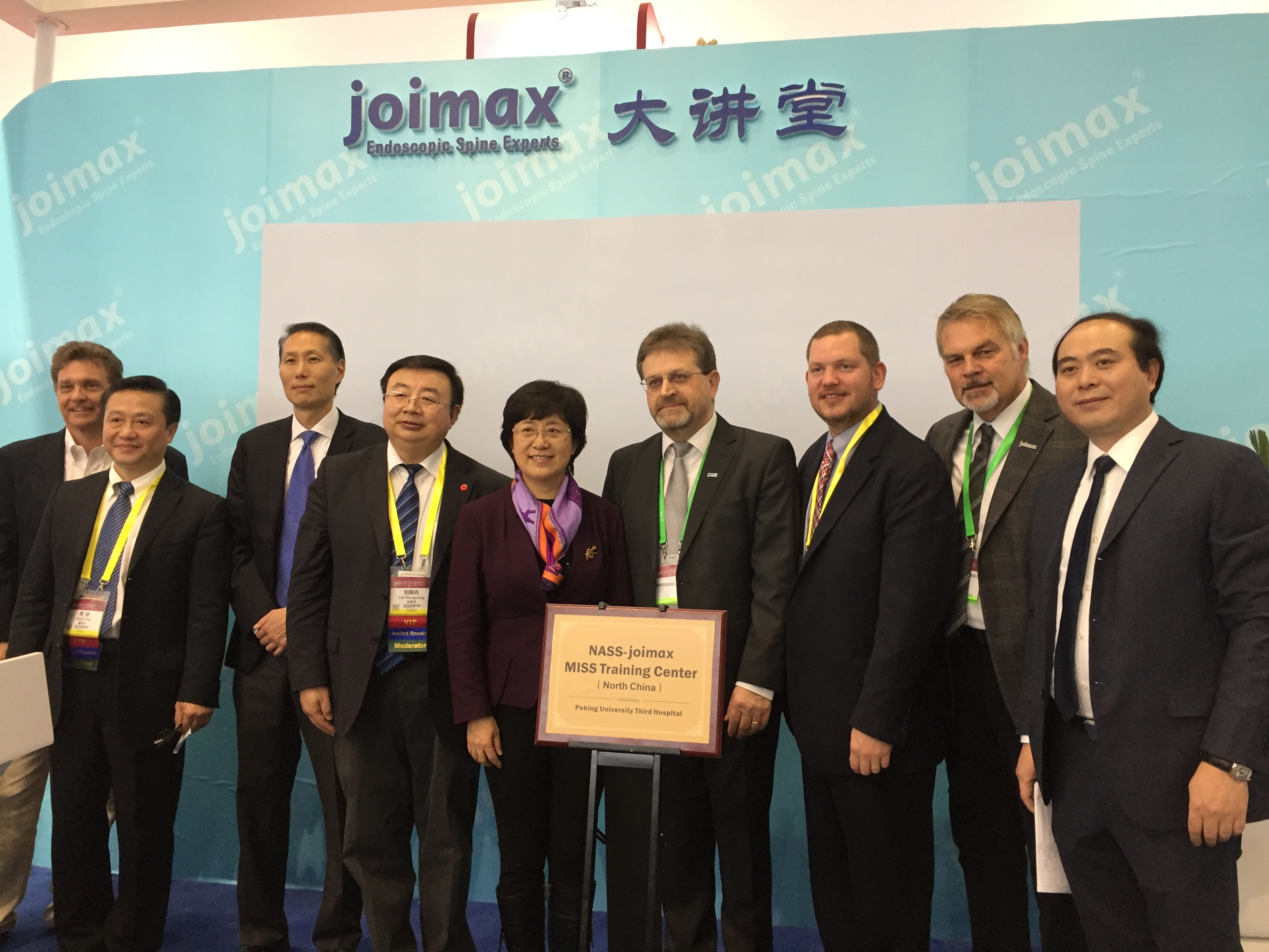 From left to right: Edward Dohring, MD, NASS Board of Directors; Prof. Yue Zhou, Xinqiao Hospital, Chairman of Chinese Society for MISS and joimax® faculty; Jeffrey C. Wang, MD, NASS Board of Directors; Prof. Xiaoguang Liu, Vice President Peking University Third Hospital; Prof. Jie Qiao, President Peking University Third Hospital; Wolfgang Ries, CEO & founder joimax® GmbH; Brad Repsold, NASS Assoc. Executive Director; Michael Roberz, International Sales Director joimax® GmbH; Qinguang You, General Manager (Photo: Business Wire)