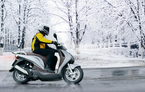 Auch für Motorroller gilt: Winterbereifung bietet bereits vor Nässe und Eisesglätte Vorteile (Foto: Business Wire)