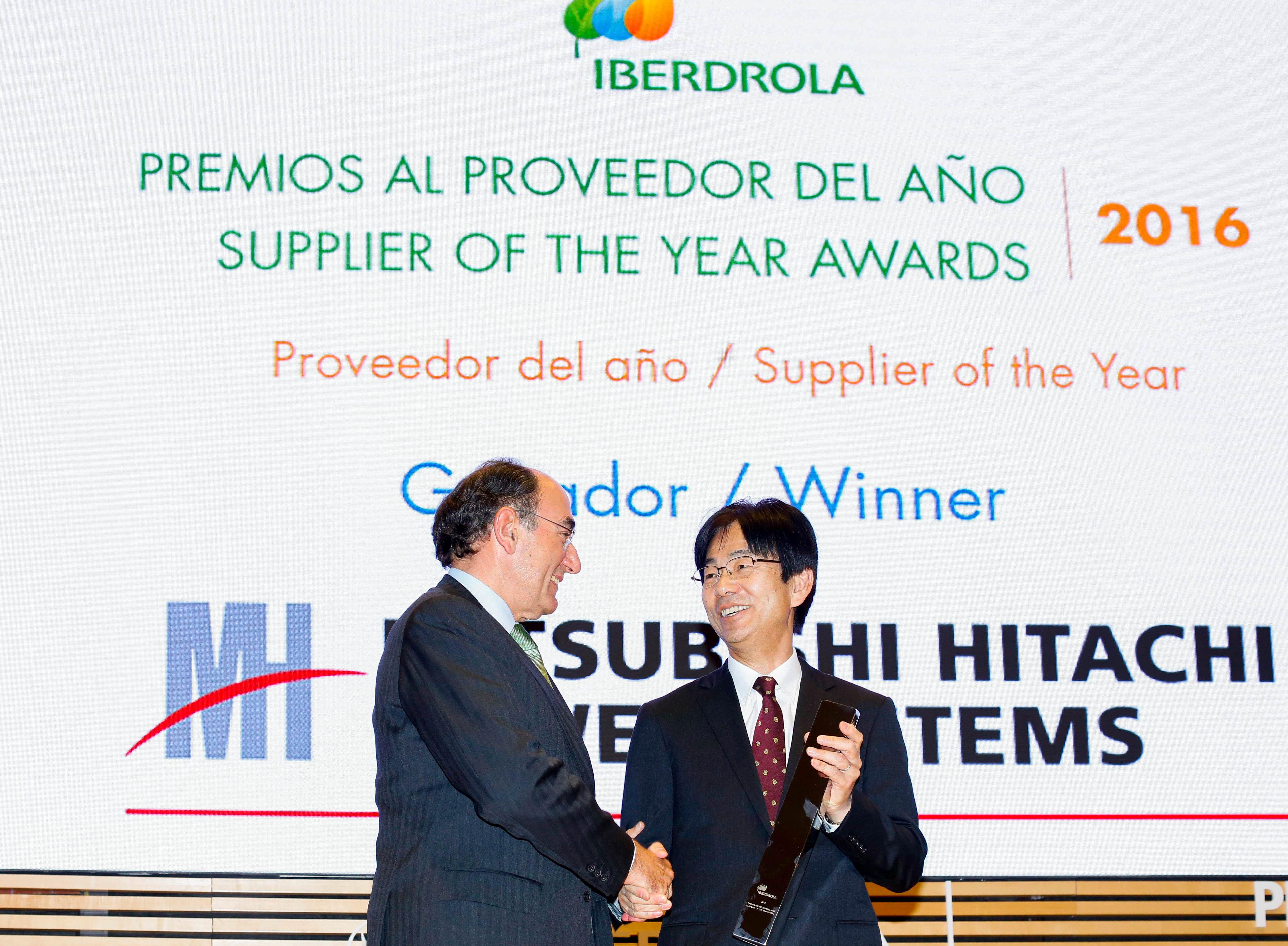 Ignacio S. Galán de Iberdrola presenta el premio al Proveedor del Año a Koji Hasegawa de MHPS. (Fotografía: Business Wire)