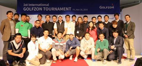 """(株)GOLFZON(总裁张圣源) (KOSDAQ:215000)于25日在大田GOLFZONZOIMARU冠军厅举办了""""第一届GOLFZON国际大赛(1st International GOLFZON Tournament)""""。 由中国选手 Gao Bin夺冠。 大赛结束后各国与赛人员和GOLFZON赛事负责人合影留念。 (照片:美国商业资讯)"""