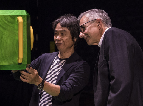 Shigeru Miyamoto, Director and Creative Fellow of Nintendo, discusses attraction features with Mark Woodbury, President of Universal Creative. © 2016 Universal Studios. All Rights Reserved.
