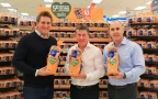 From left: Celebrity Chef Curtis Stone, Ian McLeod, President and CEO of Southeastern Grocers, and Matt Knott, President of Feeding America with loaves of SE Grocers brand sandwich bread. (Photo: Business Wire)