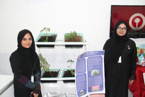 垂直農法を利用して自宅で栽培したハーブを披露するNajath Abdulkareem(左)とNada Anwar(右)(写真:ME NewsWire)