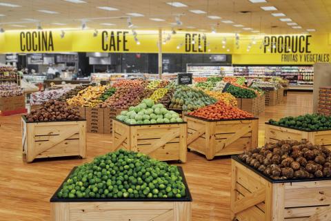 El departamento de frutas y legumbres de Fresco y Más cuenta con una más amplia selección de frutas y vegetales en un ambiente de mercado de agricultores, incluyendo artículos que son populares con los clientes Hispanos. (Photo: Business Wire)
