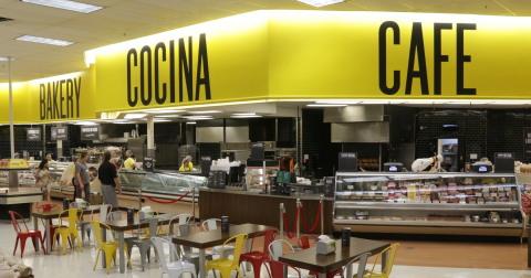 Cada tienda Fresco y Más incluye una nueva cocina, que ofrece especiales diarios de platillos familiares favoritos preparados cada día, junto con un área de cafetería para sentarse, la cual sirve el auténtico desayuno Hispano, pastelería, bebidas y emparedados calientes y fríos. (Photo: Business Wire)
