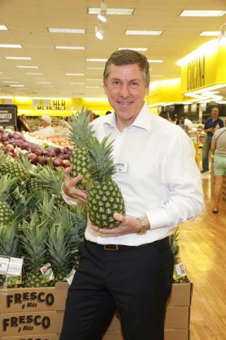 Ian McLeod, el Presidente y CEO de Southeastern Grocers, parado en el departamento renovado de frutas y legumbres en Fresco y Más. (Photo: Business Wire)