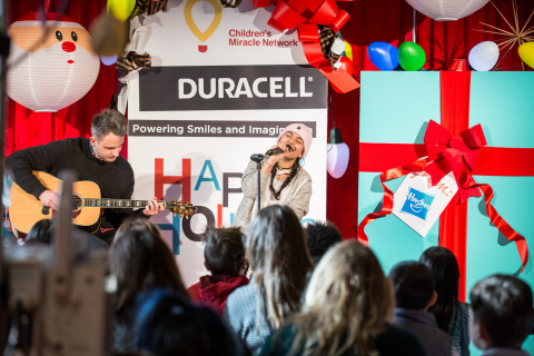 """Alessia Cara helps spread some holiday cheer by teaming up with Duracell's """"Powering Holiday Smiles and Imagination"""" program in support of Children's Miracle Network by carolling at The Hospital for Sick Children (SickKids) in Toronto. (Photo: Business Wire)"""