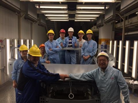 漢高團隊與車間升級改造後處理的第一個車身合影 (照片:美國商業資訊)