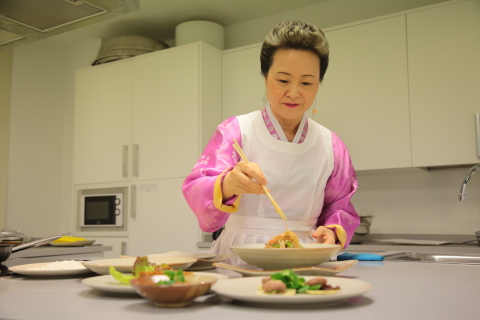 """""""Korean Fermented Condiments"""" presented by the Korean Food Foundation earned recognition at 'Madrid Fusion 2017'. Chairman Sook Ja Yoon of the Korean Food Foundation lectured at the Korean cooking class in the Korean Cultural Center, Madrid in Spain. In addition to its event at Madrid Fusion 2017, the Korean Food Foundation offered a Korean food cooking class for the local people and media at the Korean Cultural Center in Spain allowing visitors to fully 'experience' Korean cuisine versus simply 'visiting' it. (Photo: Business Wire)"""