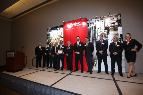 Ryder Mexico executives presenting one of the Service Excellence Awards to the Mexican carrier, Corsa Transportes, S.A. de C.V. (Photo: Business Wire)