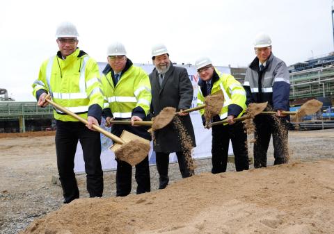 From left: Matthias Steiner, Rich Owins, Bernhard Marewski, Jack Boss, Ernst Grigat break ground for Momentive's new NXT Silane plant in Leverkusen, Germany. (Photo: Business Wire)