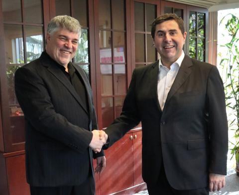 (右起)Hotelbeds Group 执行主席 Joan Vilà 与 Tourico Holidays 首席执行官 Uri Argov (照片:美国商业资讯)