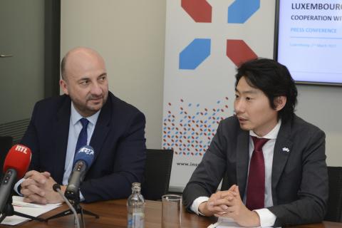 (从左到右):卢森堡大公国副总理兼经济部部长Etienne Schneider;ispace首席执行官 Takeshi Hakamada(照片:美国商业资讯)