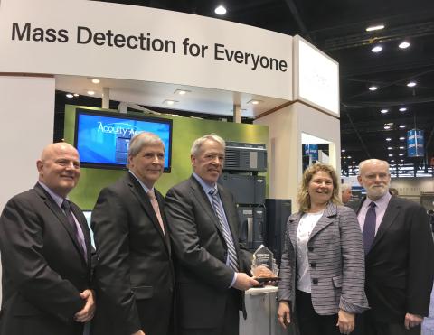 ウォーターズコーポレーションを代表して Pittcon Today Excellence 金賞授与を受ける (左から右へ) Steve McDonough 氏、John van Antwerp 氏、Mike Harrington 氏、Diane Diehl 氏、Tom Wheat 氏。 (写真:ビジネスワイヤ)