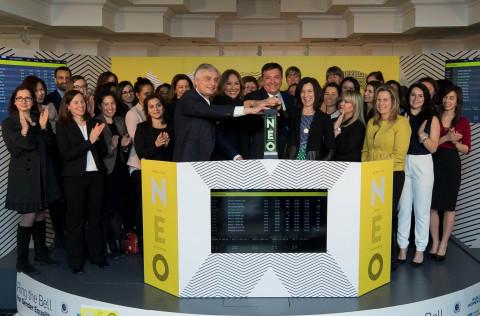 Toronto - 8 mars 2017 – Représentants des partenaires de l'initiative Ring the Bell for Gender Equality, notamment la coresponsable de l'antenne canadienne de Women in ETFs, Deborah Frame, qui s'est jointe à Jos Schmitt - président et CEO d'Aequitas NEO Exchange Inc., pour ouvrir la NEO Bourse en l'honneur de la Journée internationale des femmes 2017. L'honorable Charles Sousa – ministre des Finances de l'Ontario, Som Seif - fondateur et CEO de Purpose Investments, Carrie Kirkman - présidente de G(irls)20 et Mariefaye Bechrakis – consultante des droits de l'homme et de l'égalité entre les sexes, Pacte mondial des Nations Unies, ont rendu hommage à cet événement par leur participation. Cette troisième édition, organisée par Women in ETFs et UN Women, a mis l'accent sur le thème « Les femmes au travail ». (Photo: Business Wire)