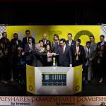 """Invesco Canada Ltd. (""""Invesco""""), ainsi que le vice-président du développement produit et commercial de PowerShares Canada, Christopher Doll, a rejoint Jos Schmitt, président-directeur général d'Aequitas NEO Exchange Inc. (""""Neo Bourse""""), pour ouvrir le marché en célébrant deux nouveaux fonds négociables en bourse représentant cinq symboles boursiers qui sont en cours de lancement à la Neo Bourse. Les ETF PowerShares cherchent à surpasser les indices de référence traditionnels tout en fournissant aux conseillers et aux investisseurs l'accès à une palette innovante d'opportunités d'investissement focalisées. Les deux ETF PowerShares à dividendes élevés et faible volatilité s'échangent sur la Neo Bourse depuis le 7 mars 2017. Les deux nouveaux fonds sont PowerShares S&P 500 High Dividend Low Volatility Index ETF (UHD, UHD.U, UHD.F) et PowerShares S&P Global ex. Canada High Dividend Low Volatility Index ETF (GHD, GHD.F). (Photo: Business Wire)"""
