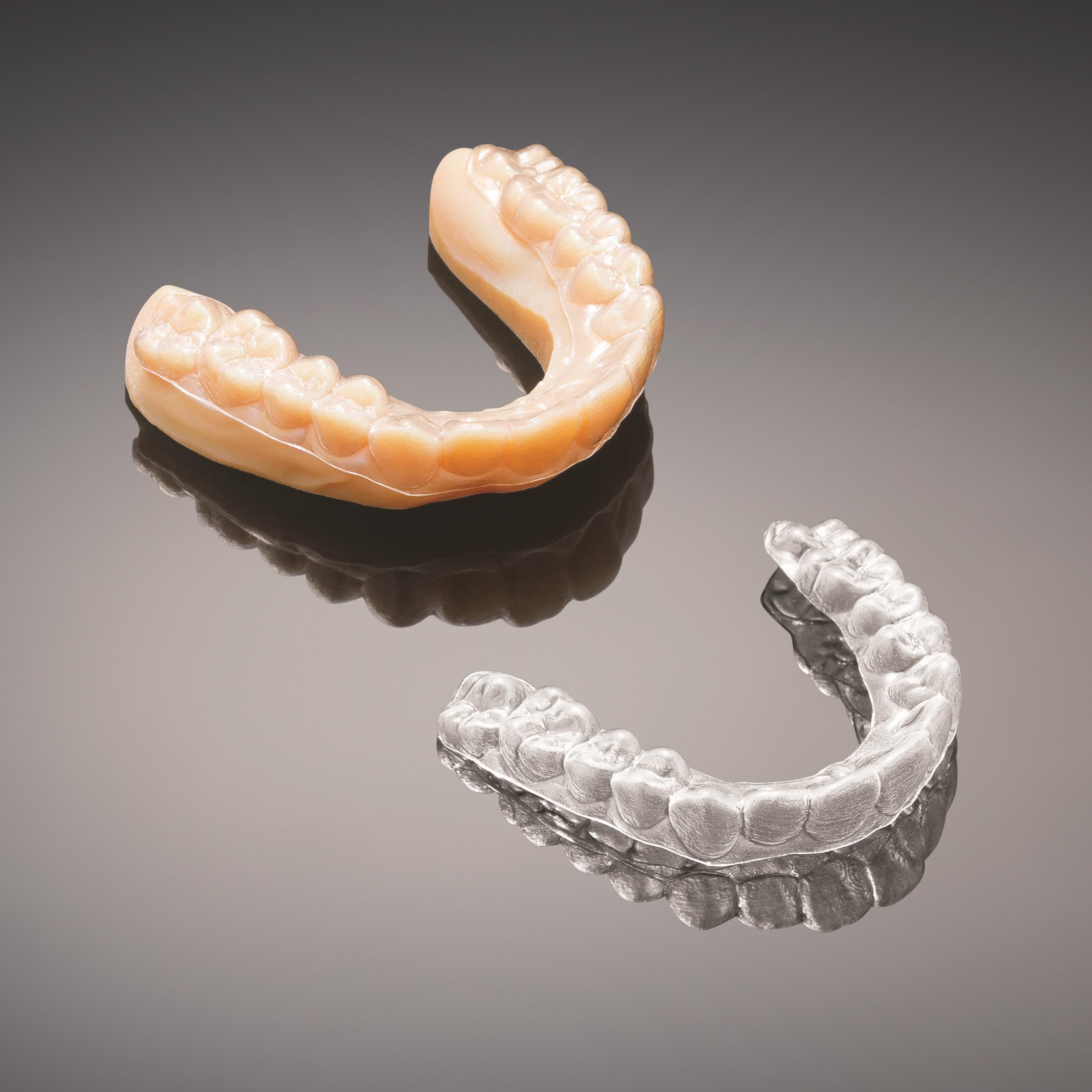 3D printed mold for clear aligner (upper left) produced on the Stratasys J700 Dental 3D Printing Solution, and resulting clear aligner (lower right) (Photo: Stratasys Ltd.)