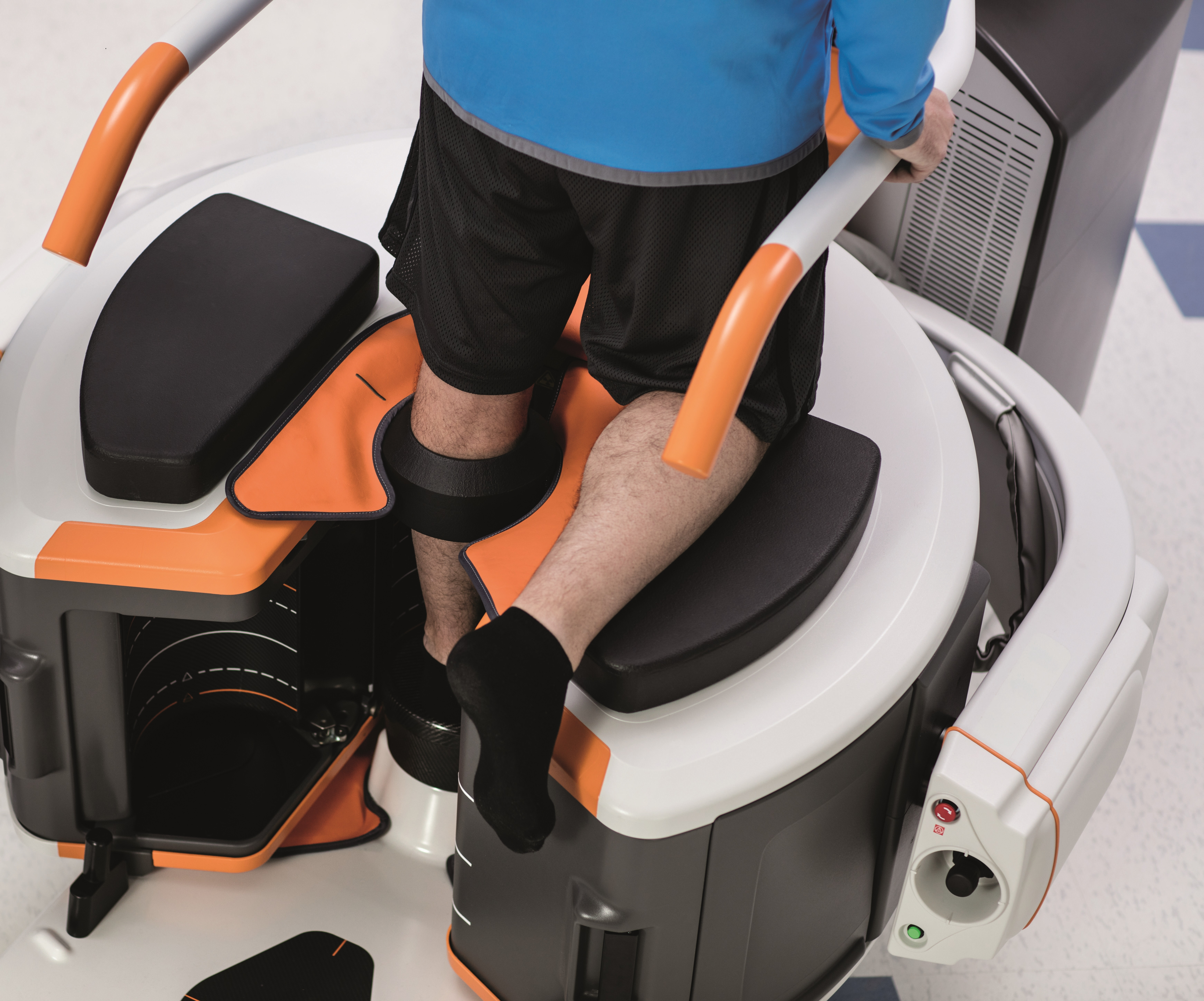 Carestream's compact OnSight 3D Extremity System equips sports medicine and orthopaedic specialists to capture 3D and weight-bearing exams of hands, wrists, elbows, knees, feet and ankles. (Photo: Business Wire)