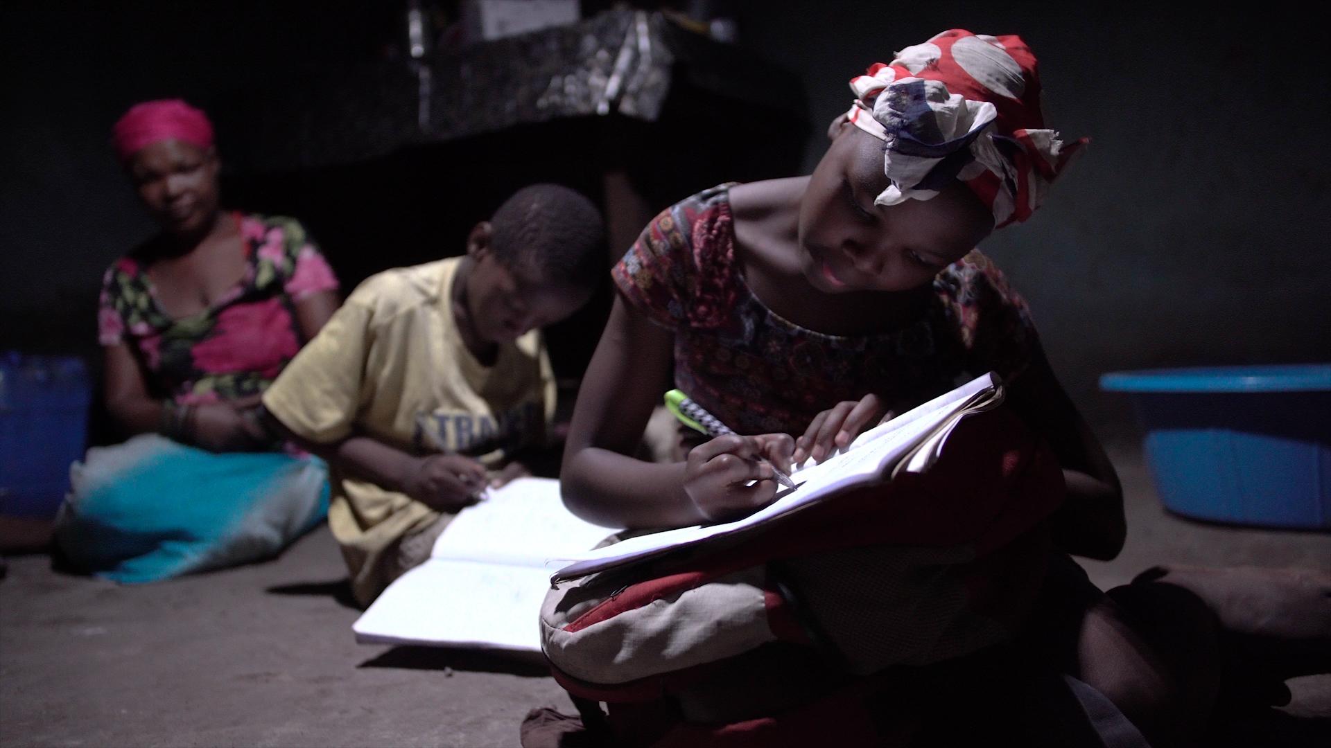 借助太阳能灯,孩子们能够更加安全地学习(照片:美国商业资讯)