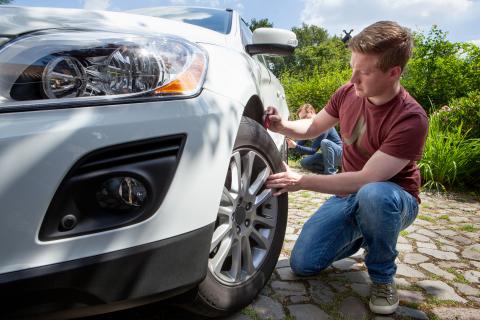 ReifenDirekt.de rät pünktlich zur Umrüstsaison zum ausgiebigen Fahrzeug- und Reifencheck. (Foto: Business Wire)