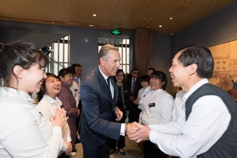 星巴克中国伙伴(员工)及其家属与星巴克执行董事长Howard Schultz在于北京举行的第五期星巴克伙伴家庭论坛上见面。(照片:美国商业资讯)