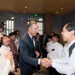 星巴克中國夥伴(員工)及家屬與星巴克執行董事長Howard Schultz在於北京舉行的第五期星巴克夥伴家庭論壇上見面。(照片:美國商業資訊)
