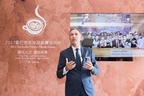 星巴克執行董事長Howard Schultz在於北京舉行的第五期星巴克夥伴家庭論壇上向夥伴(員工)及其家屬發表談話。在該論壇上,星巴克宣佈推出「星巴克中國父母關愛計畫」。(照片:美國商業資訊)