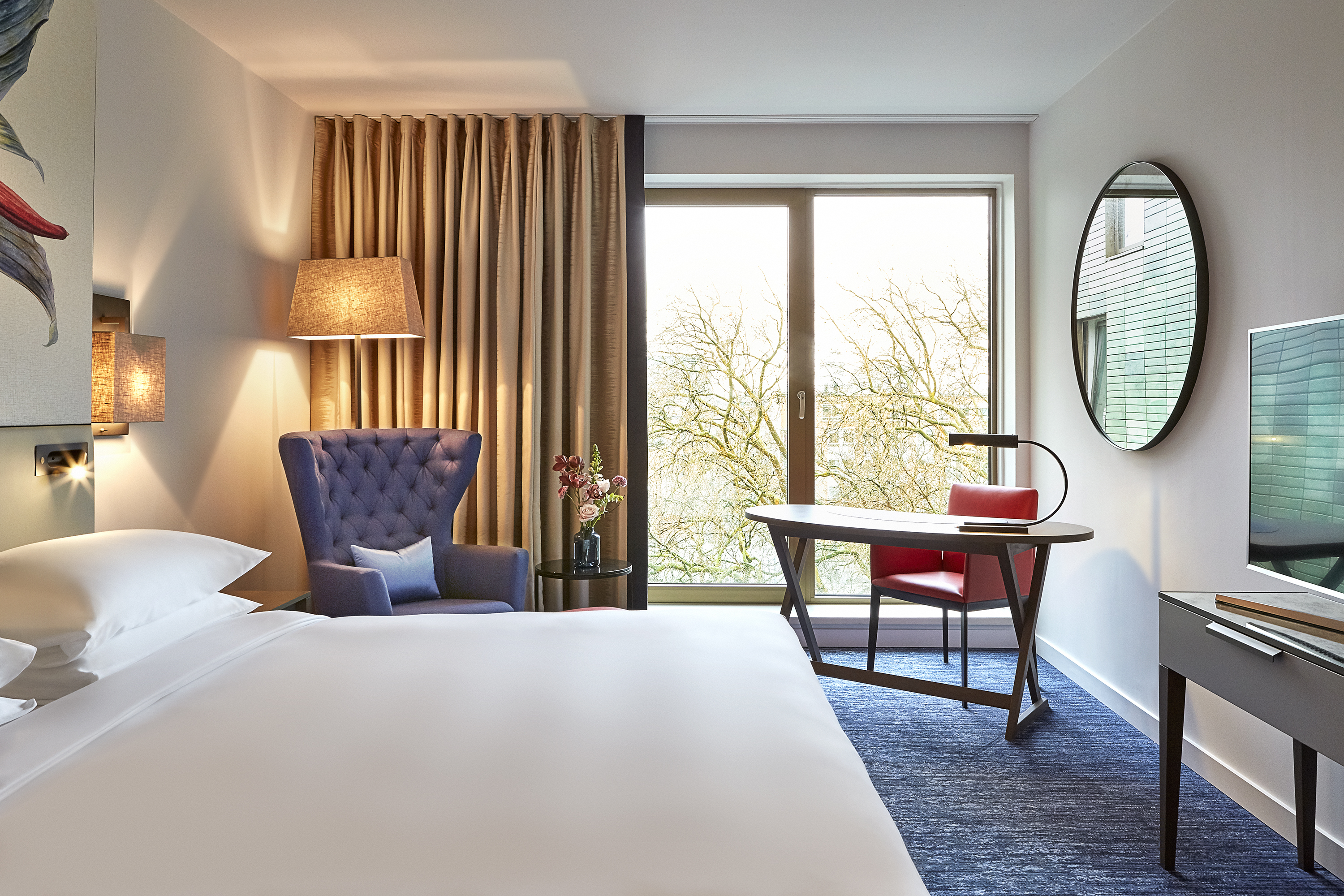 Inspired by the invigorating greenery of the hotel's surroundings that is home to leafy boulevards, the city's botanical garden and ARTIS Amsterdam Royal Zoo, each guestroom is elegantly decorated with blooming floral and botanical artwork. (Photo: Business Wire)