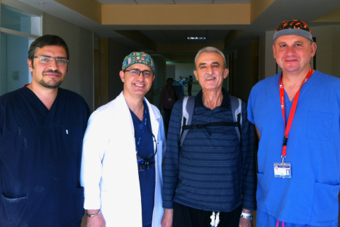 L to R: Assoc. Prof. Dr. Cagatay Engin; Assoc. Prof. Dr. Tahir Yagdi; Nurullah Balik, the world's longest supported SynCardia Total Artificial Heart patient; and Prof. Dr. Mustafa Ozbaran at Ege University Hospital in Izmir, Turkey. (Photo: Business Wire)
