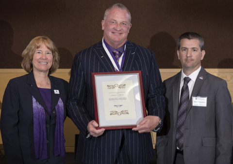 Arrow Electronics CEO Mike Long (center) receives the Distinguished Alumni Award for Professional Achievement from the University of Wisconsin-Whitewater. (Photo: Business Wire)