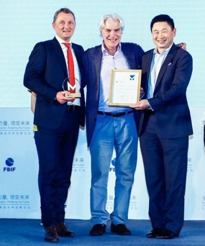 "Roman Kupper (Doehler)、Greg Abbott (IDC)、Li Xin (IDC)在中国上海领取""标志大赏""。(照片:美国商业资讯)"