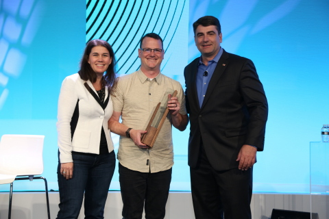 Zumiez receives 2017 Retail Revolution Award from Pitney Bowes. (From left Lila Snyder, Pitney Bowes, Rory Hudson, Zumiez and Gregg Zegras, Pitney Bowes) (Photo: Business Wire)