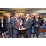VP & Managing Director, UK and Middle East Region Mick Gornall accepts the Quest for ZERO award from Interim President and CEO José Emeterio Gutiérrez. (Photo: Business Wire)