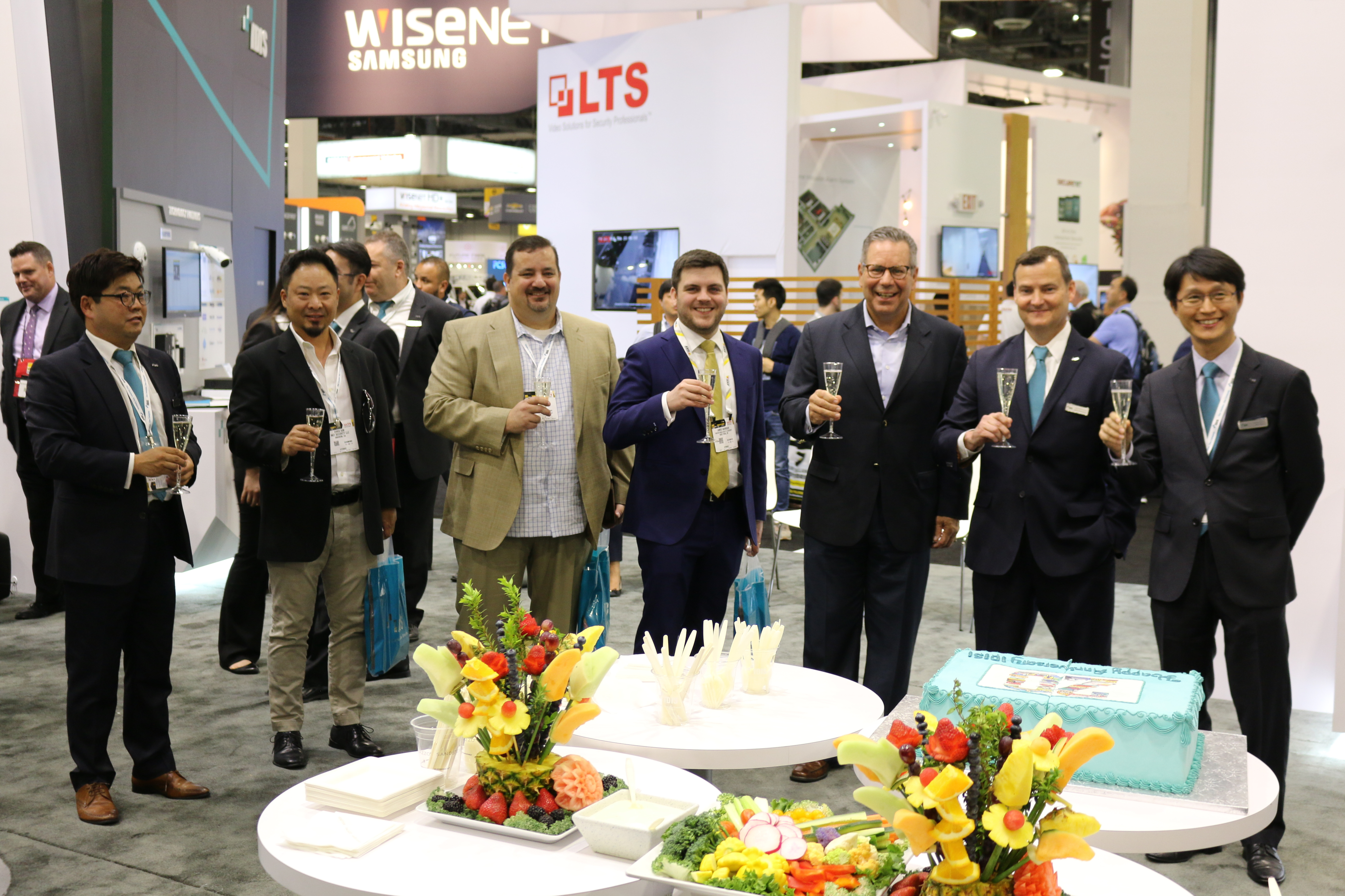 IDIS co-founder and president Dr. Albert Ryu (r.) celebrates the company's 20th Anniversary with IDIS America executives and honored partners and customers at the IDIS 2017 ISC West show in Las Vegas, NV. (Photo: Business Wire)