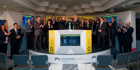 Mackenzie Financial Corporation («Mackenzie Investments»), y compris le Vice-Président principal de Mackenzie Investments et le Directeur des Fonds Négociés à la Bourse, Michael Cooke, se sont joints à Jos Schmitt, Président Directeur Général, Aequitas NEO Exchange Inc. («NEO Exchange» ou «NEO»), pour sonner l'ouverture du marché, en guise de célébration du lancement de leur nouveau FNB sur NEO. Le FNB à revenu fixe et à rendement élevé Mackenzie Global (MHYB) est le cinquième fonds dans la gamme de FNB à revenu fixe actifsà être lancé sur les marchés publics, et le premier à être lancé sur NEO. MHYB a commencé à se négocier sur NEO le 26 avril 2017, coïncidant ainsi avec le premier anniversaire du secteur FNB de Mackenzie. Mackenzie Investments devient le cinquième fournisseur de FNB à être coté sur NEO. (Photo: Business Wire)