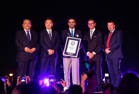迪拜节日城、洲际酒店和松下公司代表在IMAGINE新投影秀《孩子的梦想》公众首映日接受了吉尼斯世界纪录证书。PMMAF董事总经理Hiroki Soejima(照片中左二)参加了首映仪式。(照片:美国商业资讯)