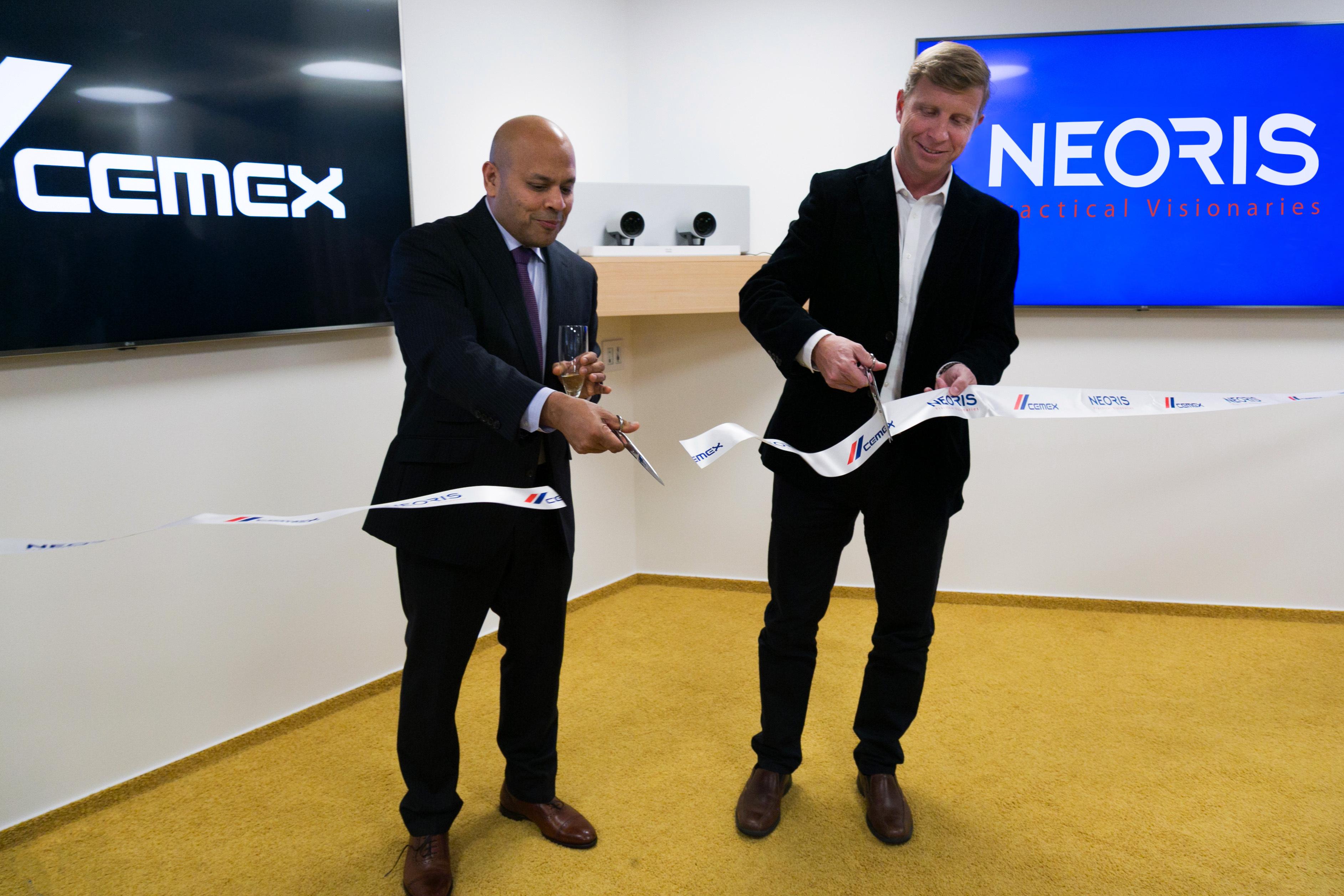 CEMEXのArun Aggarwal(CIO)とNEORISのMartin Mendez(CEO)、チェコ・プラハでの開所式にて(写真:ビジネスワイヤ)