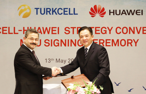 Turkcell Chairman of the Board of Directors Mr. Ahmet Akça and Huawei Senior Vice President Mr. Tian Feng (Photo: Business Wire).
