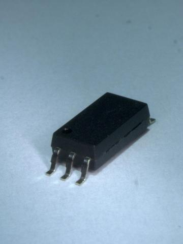 東芝:当社従来パッケージ(SDIP6(F type))からの直接置き換えが可能なワイドリードフォームパッケージ「SO6L(LF4)」(写真:ビジネスワイヤ)