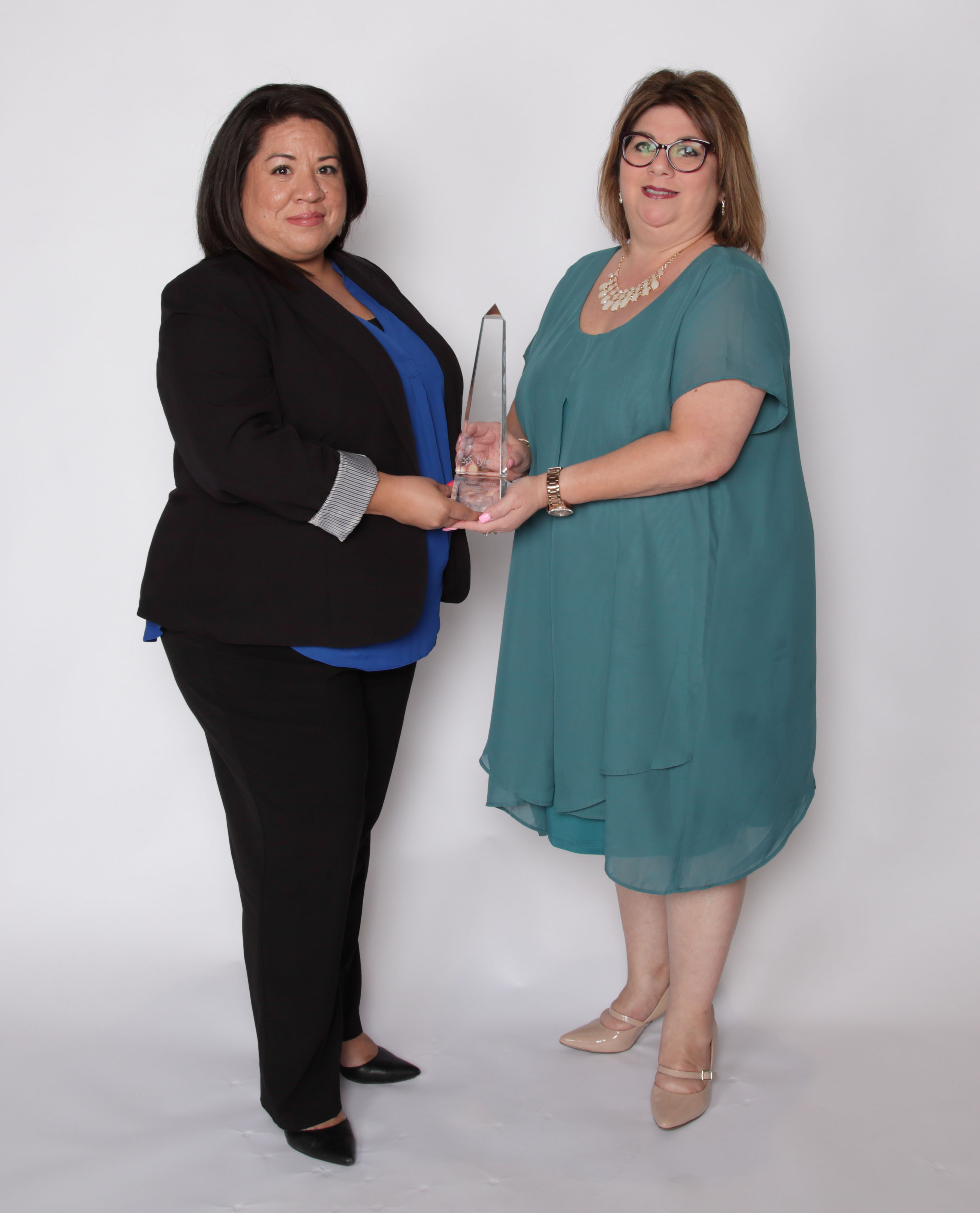 Tyler Excellence Award winners Maritza Aragon and Jeanette Guzman of the Williamson County Tax Assessor/Collection, Texas. (Photo: Business Wire)
