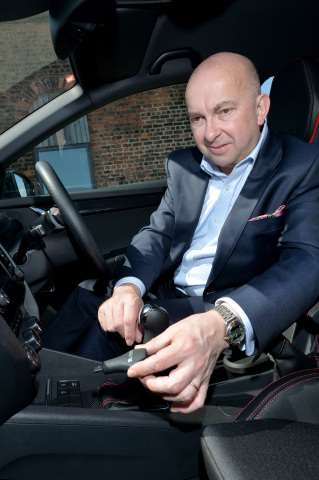 Stonelin managing director, Steven Stone, holding the V-Trak device. (Source: Stonelin)