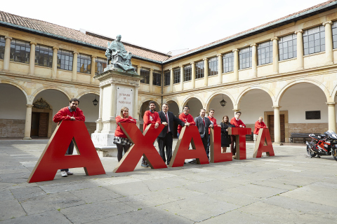 Joe McDougall, Axalta SVP, Global Branding, Corporate Affairs, & Chief Human Resources Officer (fifth from right) and Lynne Sprinkle Axalta VP Corporate Human Resources & Total Rewards (third from right) with students at the University of Oviedo courtyard. (Photo: Axalta)