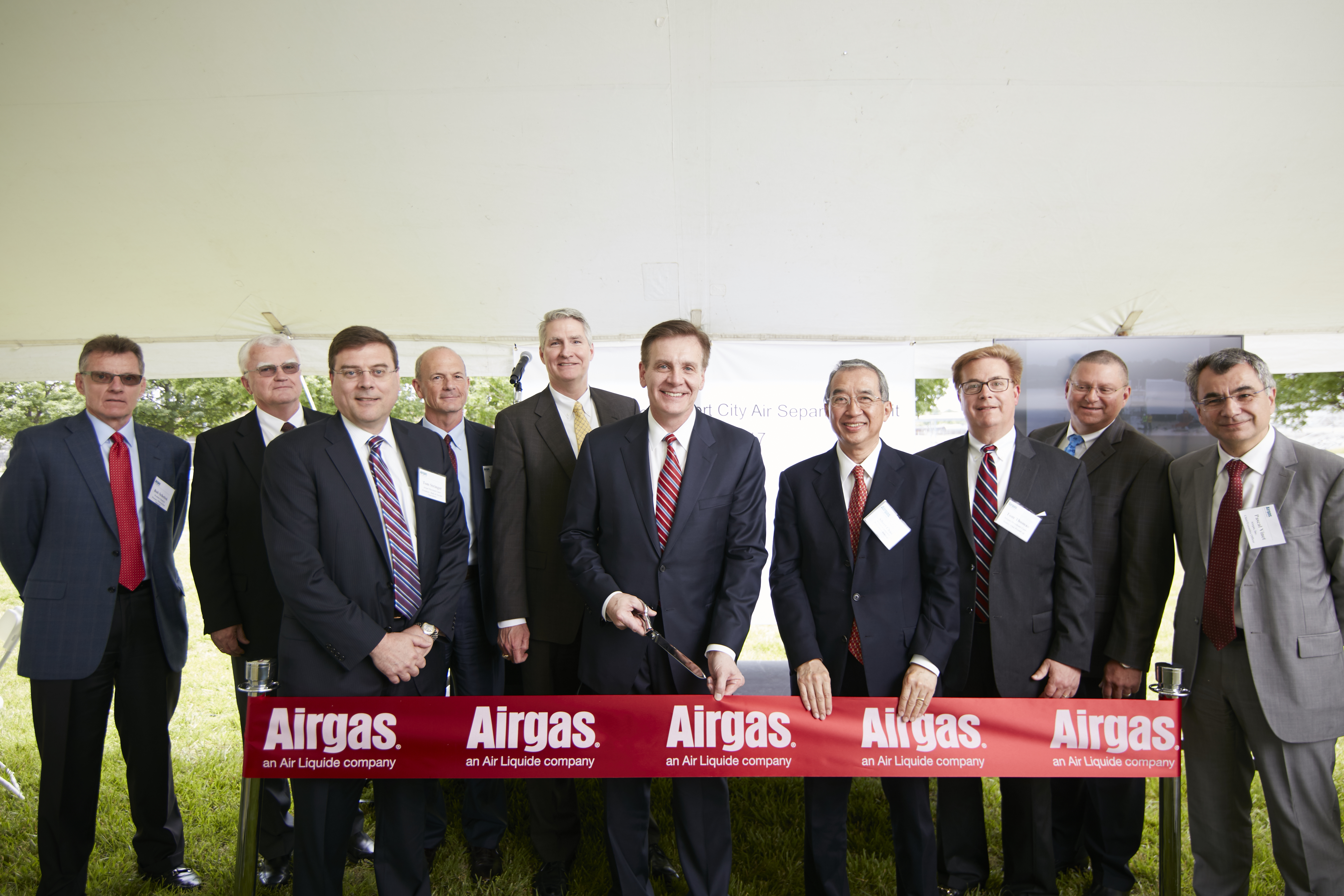 Airgas ribbon-cutting event at the grand opening of its air separation unit in Calvert City, Kentucky. (Photo: Business Wire)