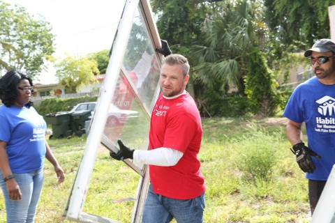 A Wells Fargo team member volunteer helps improve veteran Tiffany Andrews' home in Delray Beach, Florida as part of a collaborative effort with Habitat for Humanity. With the support of a $300,000 grant from the Wells Fargo Housing Foundation, Wells Fargo and Habitat for Humanity volunteers will work alongside veterans on 100 homes doing projects such as painting, landscaping and other improvements that support sustainable housing. (Photo: Business Wire)