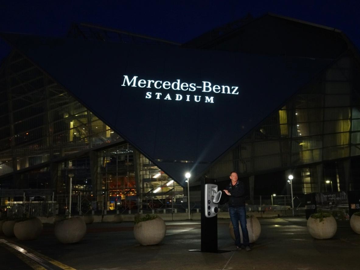 Mercedes benz stadium lights up the atlanta skyline for Mercedes benz parts atlanta