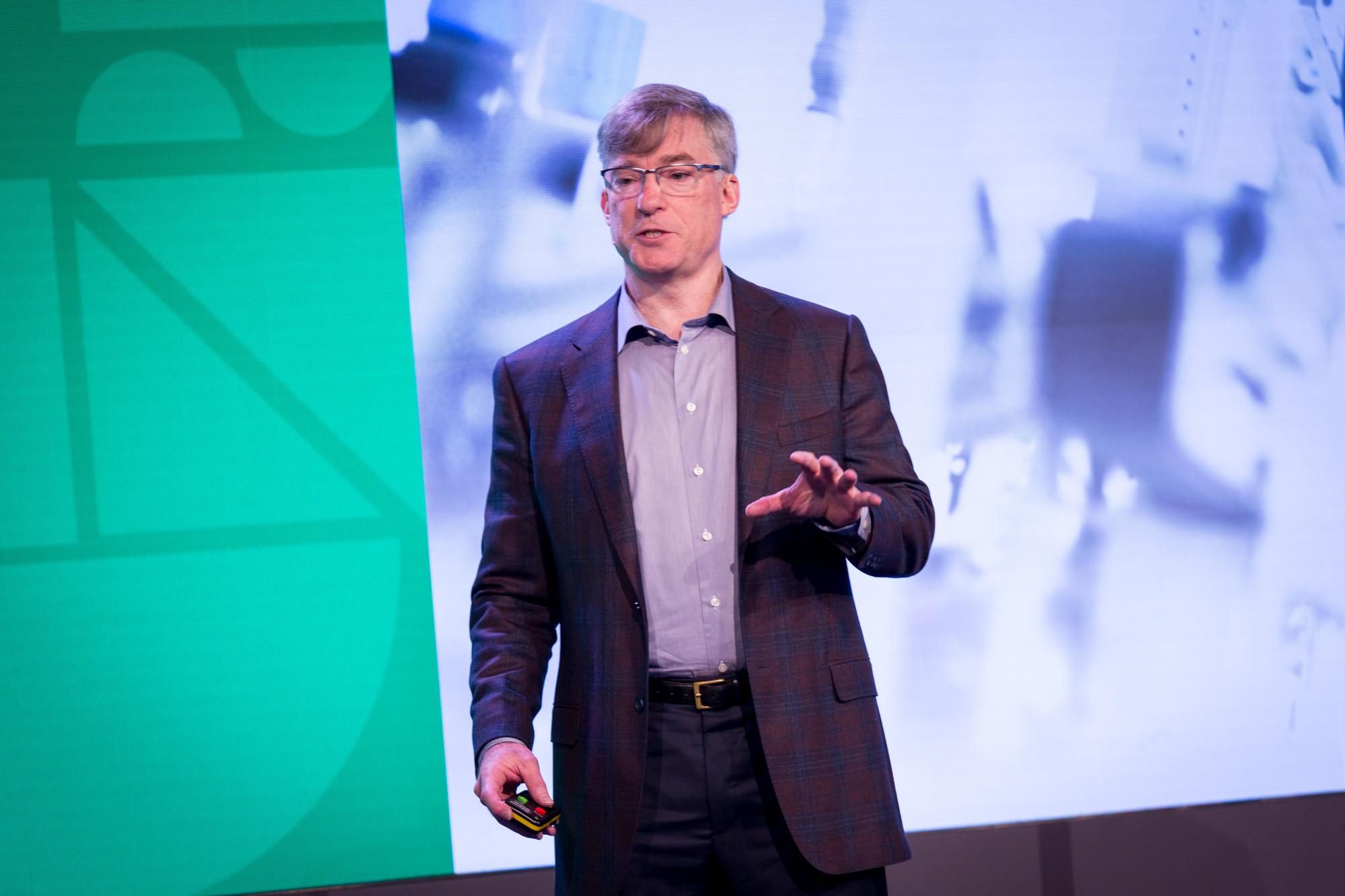 ロックウェル・オートメーションのブレイク・モレット社長兼最高経営責任者(CEO)が、ロンドンで開催中のシスコのIoTワールド・フォーラムで、モノのインターネットが産業の生産性に与える影響について説明。(写真提供:Aidan Synnott)